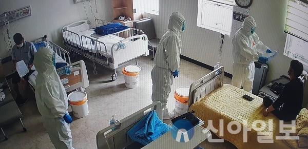 김영완 서산의료원장이 코로나-19 격리병동을 라운딩하고 있는 모습.(사진=서산의료원)