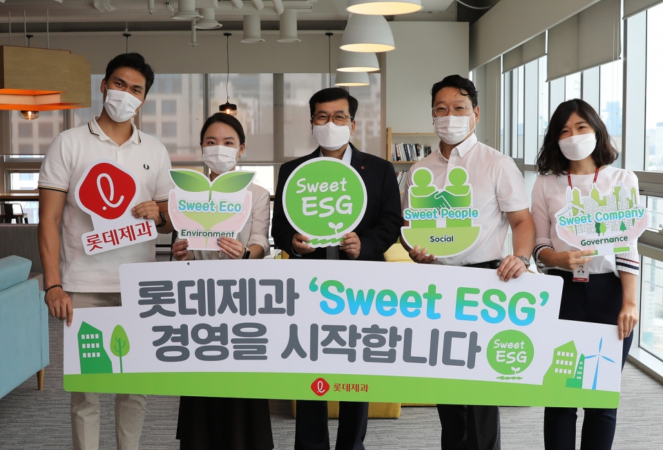 민명기(가운데) 롯데제과 대표는 ESG 경영의 본격적인 실천을 위해 지난 7월 'Sweet ESG 경영'을 공식 선포했다. [사진=롯데제과]