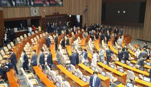 """3차 추경 국회 통과에 민주 """"숙제 해결"""" vs 통합 """"사과하라"""""""